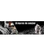Des dizaines d'armures complètes et pièces d'armures médiévales.